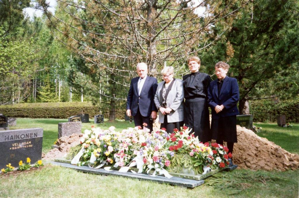 hautajaiset pukeutuminen naiset Kannuskunniamerkit puvussa Helsinki